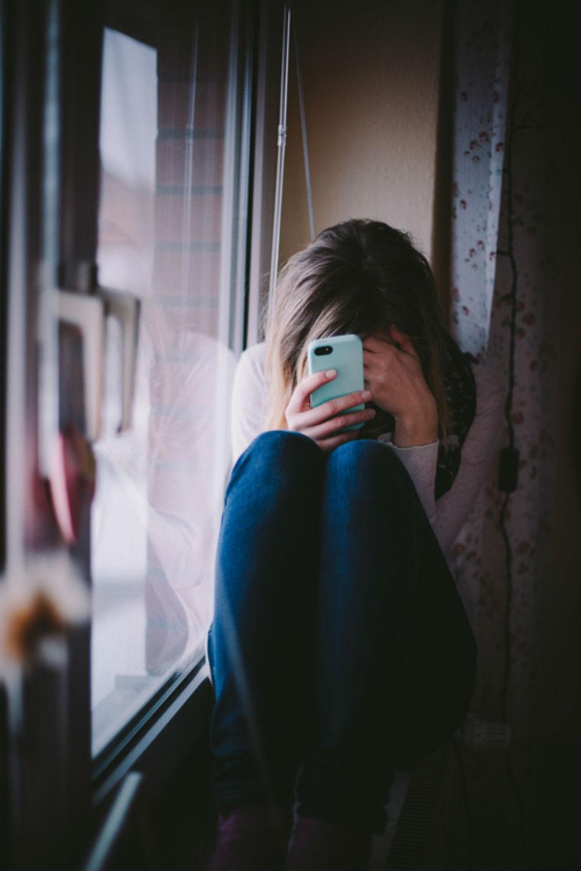 Девушка плачет на аву без лица